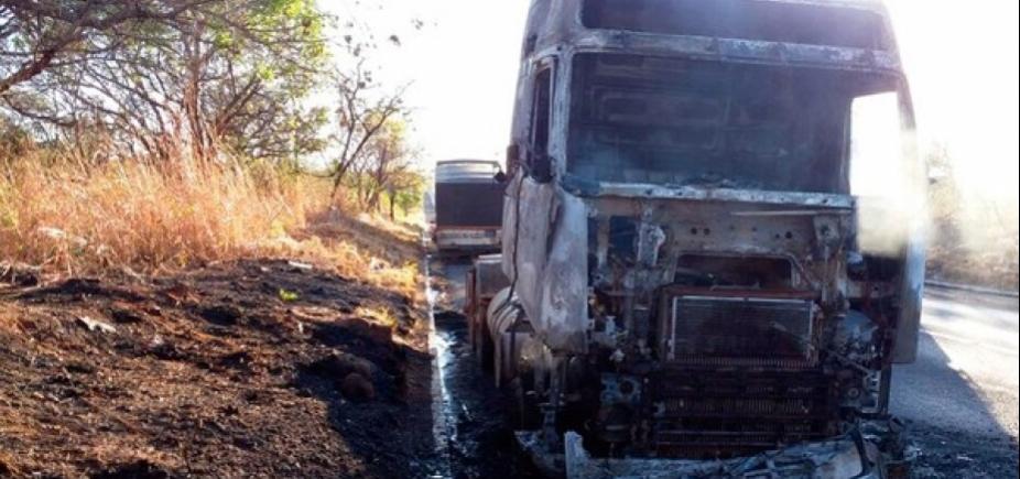 Carreta fica destruída após pegar fogo na BR-242