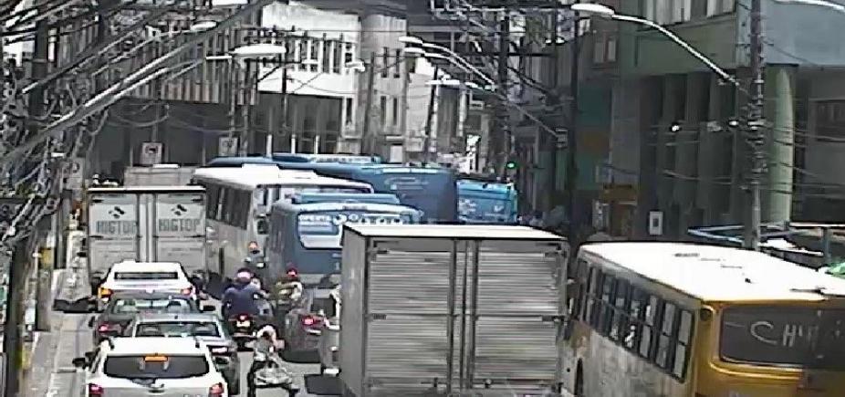 Protestos congestionam Rua Carlos Gomes e Avenida Octávio Mangabeira; veja trânsito