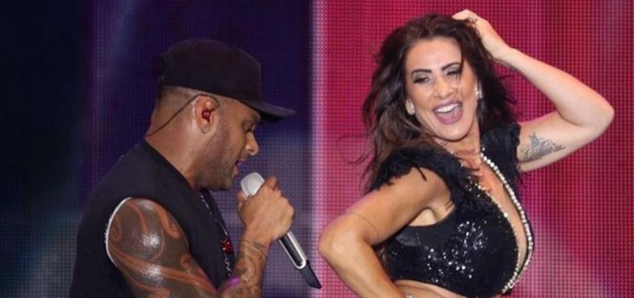 """Scheila Carvalho \""""mete dança\"""" em show de Tony Salles em Porto Seguro; vídeo"""