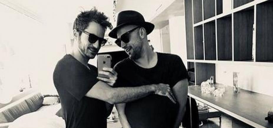 """Paulo Gustavo e marido comemoram gravidez de gêmeos por barriga de aluguel: """"Vamos ser papais"""""""