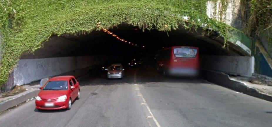 Carro capota no túnel Américo Simas e deixa trânsito travado na região