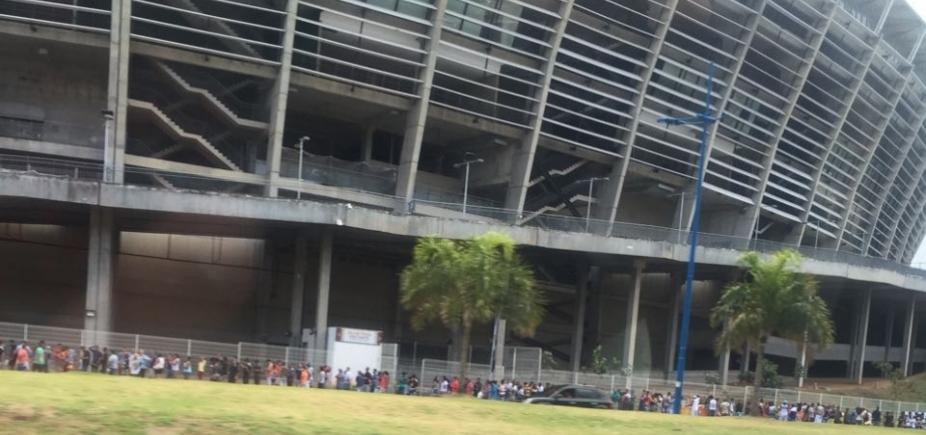 Torcida do Corinthians forma fila extensa para garantir ingresso de jogo contra o Bahia
