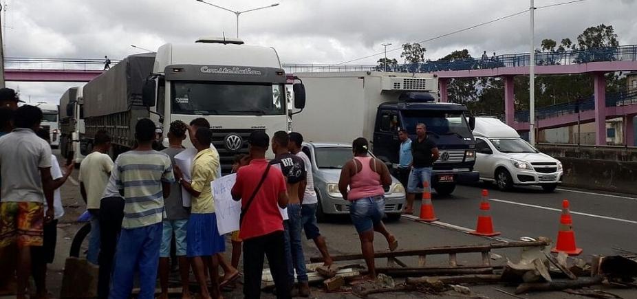 Durante protesto, grupo de ambulantes fecha BR-324, em Simões Filho