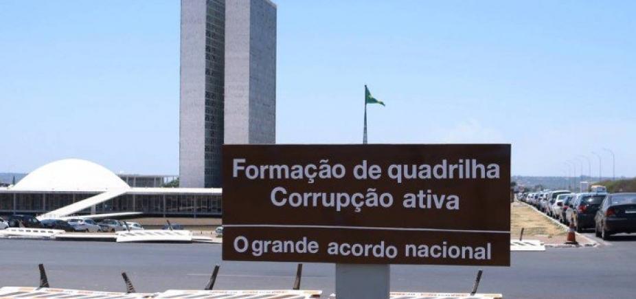 Placa em frente ao Congresso Nacional é alterada por autor desconhecido