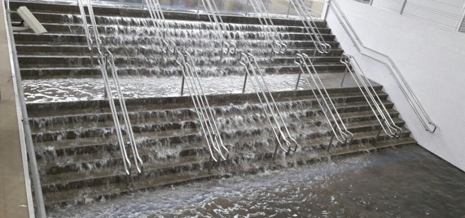 Com chuvas, escada vira cachoeira na Rodoviária de Salvador; veja vídeo