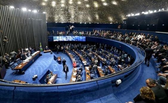 Viagens e falta de passagem: nove senadores não foram à sessão que salvou Aécio