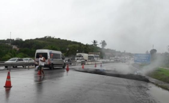 Protesto termina e trânsito começa a fluir na BA-093, em Simões Filho