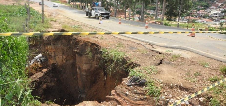 Defesa Civil interdita trecho da BR-420 após chuva abrir cratera