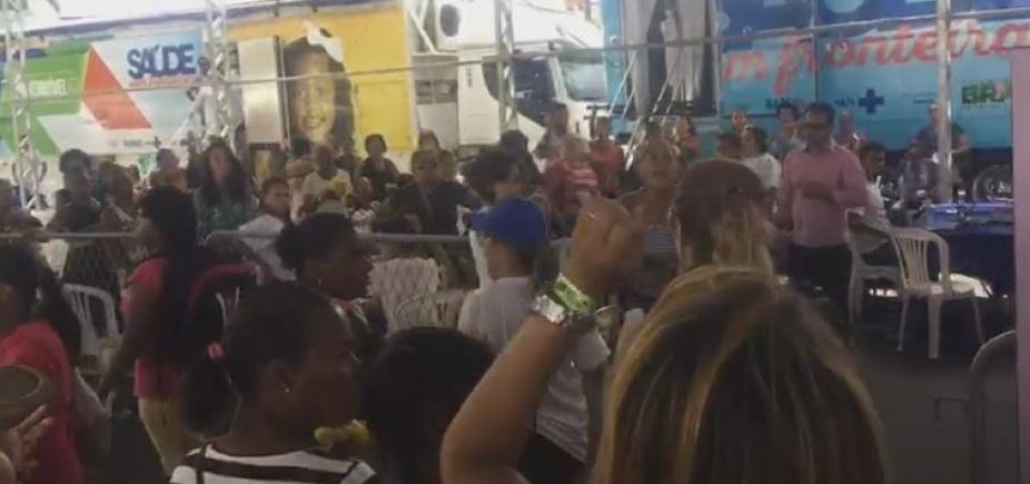 Aos gritos, população pede saída de agentes da prefeitura de evento do governo; vídeo
