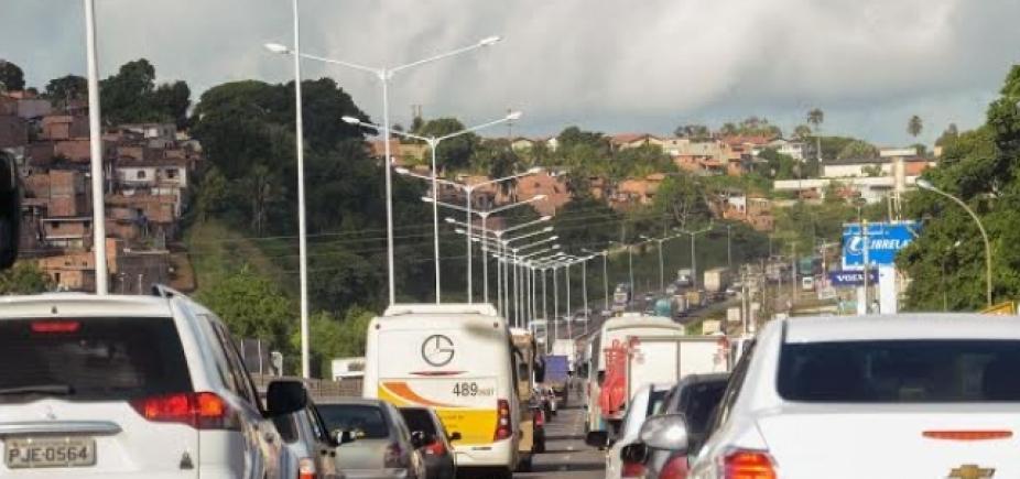 Carreta quebrada é retirada da via em São Caetano