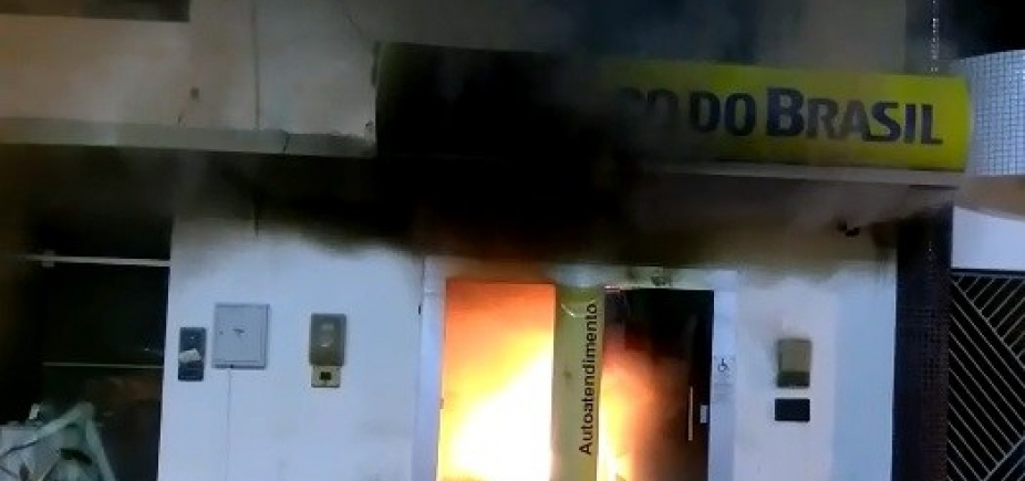 São Domingos: após tentativa de roubo, banco pega fogo