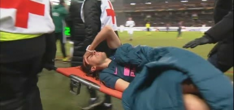 Filipe Luís sofre lesão, deixa jogo de maca e preocupa Tite