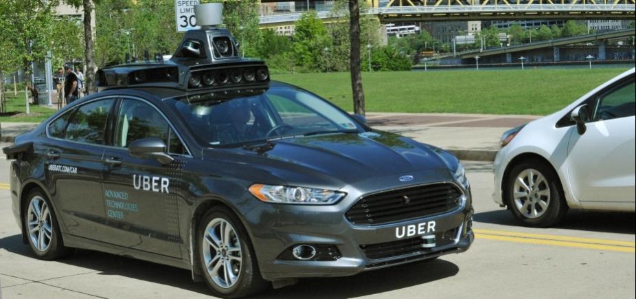 Carro da Uber sem motorista atropela e mata pedestre