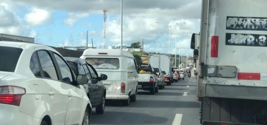 Via Parafuso: carreta é colocada no acostamento e trânsito volta a fluir