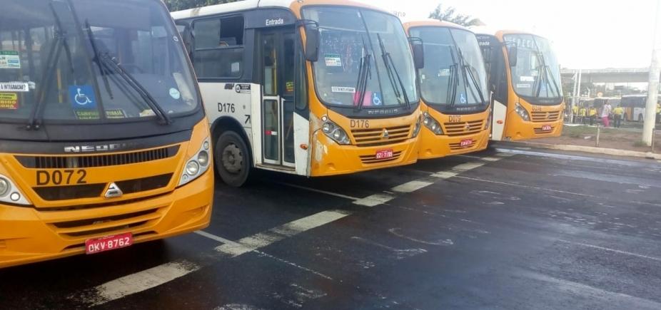 Rodoviários de micro-ônibus fazem manifestação e bloqueiam trânsito