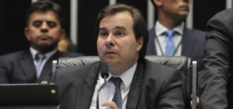 Postura de Rodrigo Maia irrita Michel Temer, diz coluna