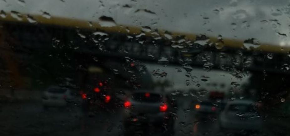 Carro capota e espalha óleo pela Av. Luis Eduardo; veja trânsito