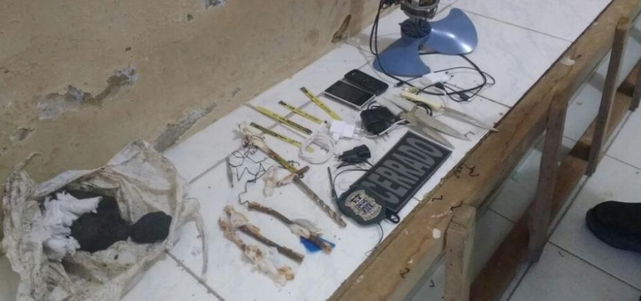 Polícia apreende armas brancas e celulares em cadeira pública