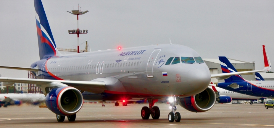 Revista de avião russo pela polícia britânica causa indignação em Moscou