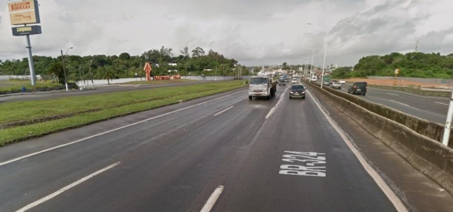Motociclista de 60 anos morre ao cair na BR-324, em Salvador