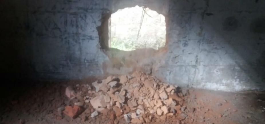 Dupla de presos faz buraco em parede e consegue fugir de delegacia em Ipiaú