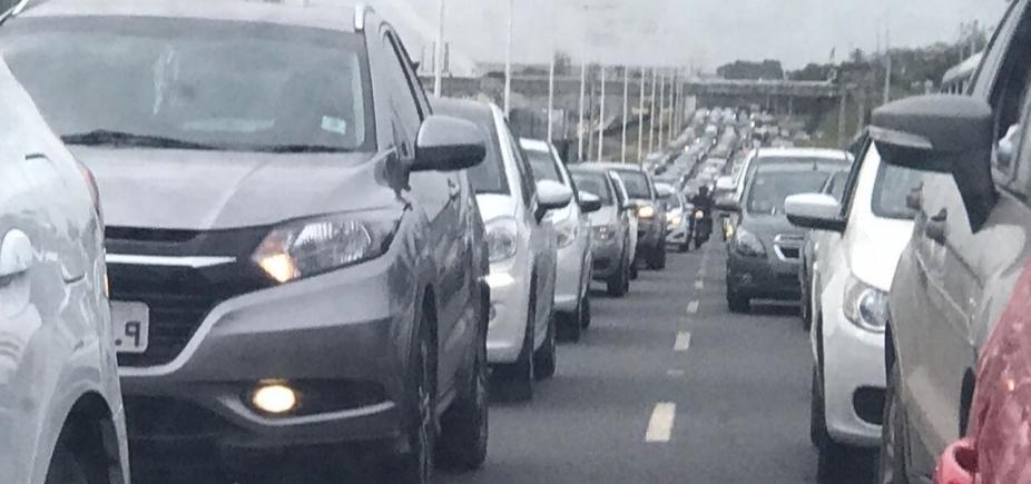 Motoristas enfrentam congestionamento nos dois sentidos da BR-324