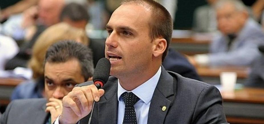 Eduardo Bolsonaro quer passageiro armado no avião, diz coluna