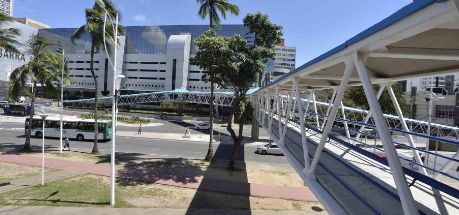 Rompimento de adutora congestiona Avenida Centenário