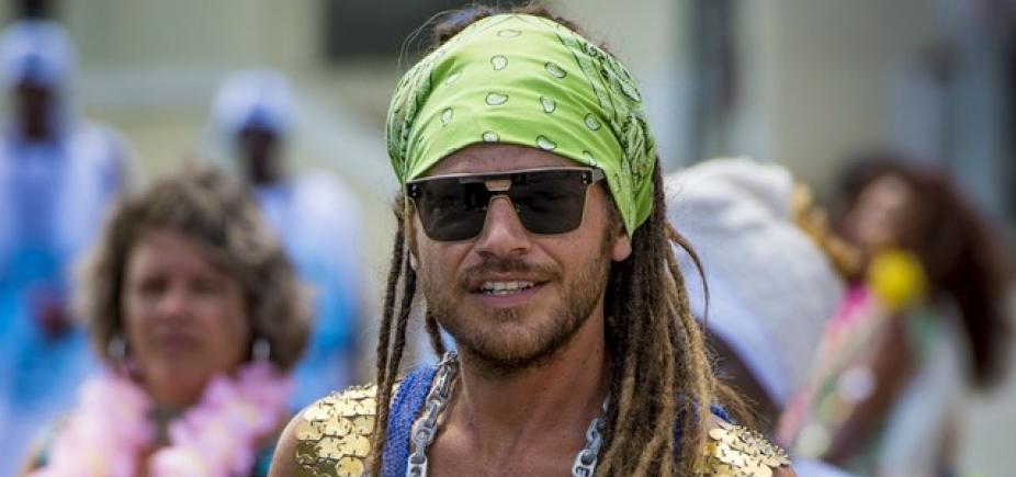 Emílio Dantas usa dreads para viver cantor de Axé em novela baiana da Globo