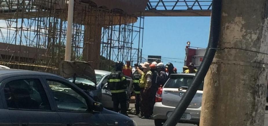 Corpo continua preso às ferragens na Avenida Paralela