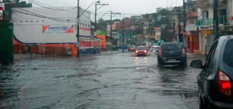 Vazamento de água deixa trânsito lento na Av. San Martin; veja