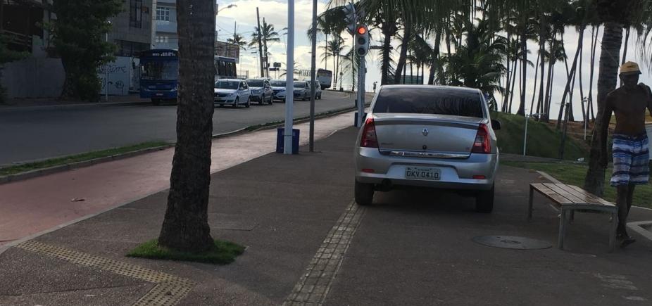 Caras de pau! Motoristas estacionam em cima de calçada na Barra