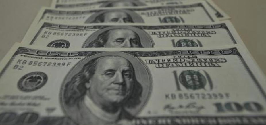 Depois da derrota de Lula no STF, dólar opera em queda