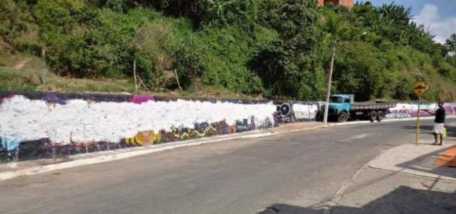 Grafites são apagados com tinta branca em Candeias