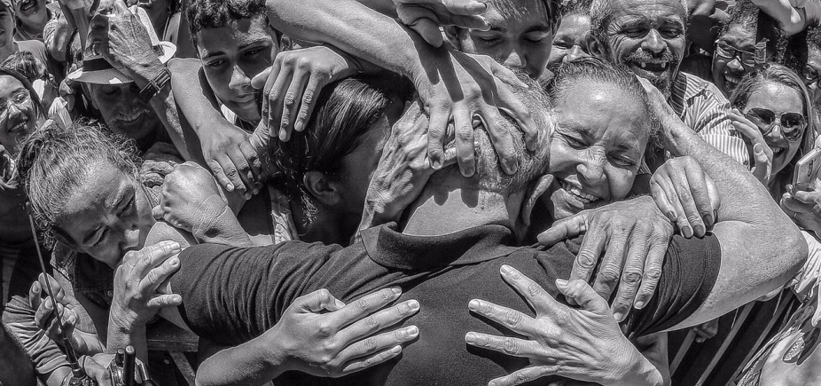 PT quer que Lula seja levado à prisão cercado de apoiadores