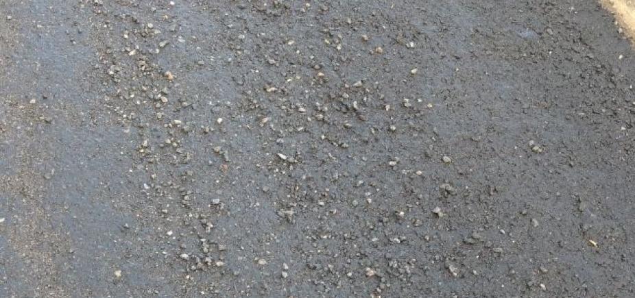 Pedras causam prejuízos aos motoristas na Avenida Luís Viana Filho