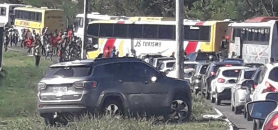 Motorista é flagrado na contramão para fugir de protesto