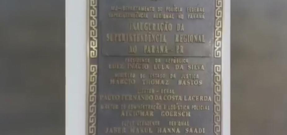 Nome de Lula está em placa no prédio onde ficará preso