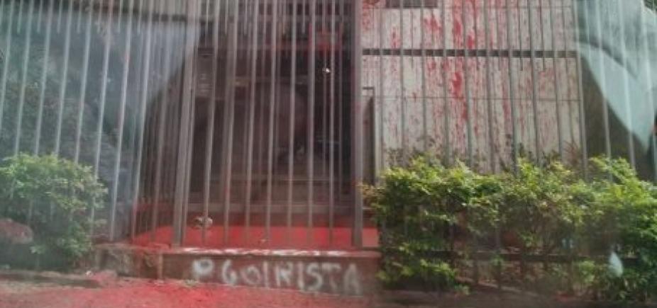 Militantes do PT jogam tinta vermelha no prédio de Cármen Lúcia