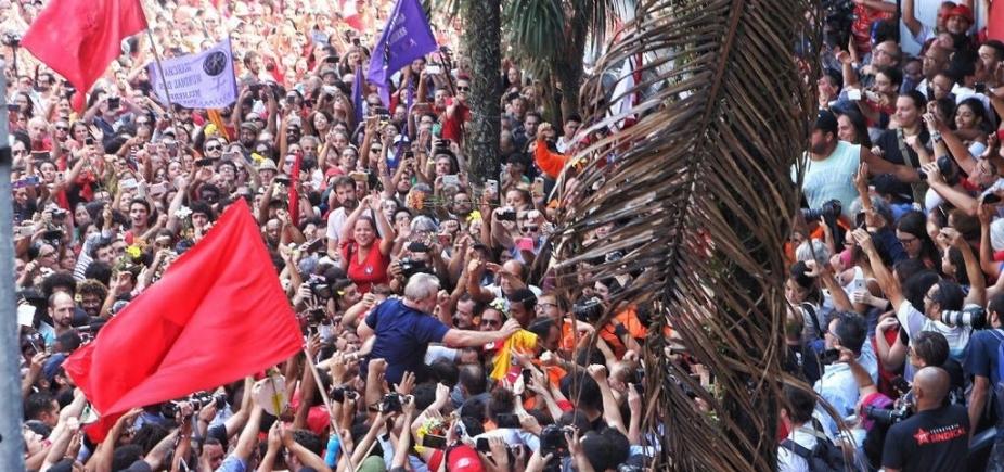 Depois de 2 dias em sindicato, Lula se entrega à Polícia Federal