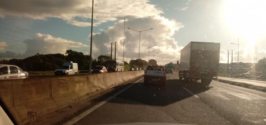 Engavetamento com três carros congestiona BR-324; confira trânsito