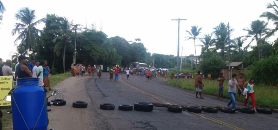 Trecho da BA-001 é fechado por índios em protesto por demarcação de terras