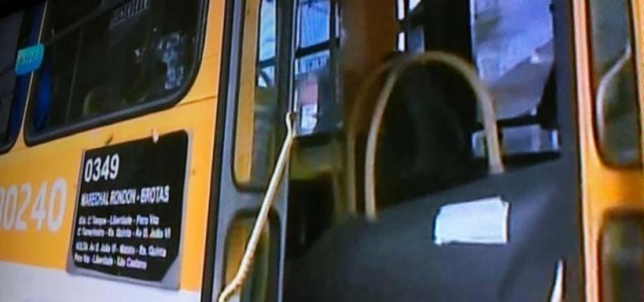 Criminosos invadem ônibus e atravessam veículo em rua no Pero Vaz
