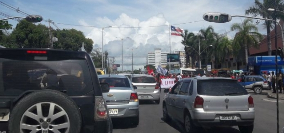 Manifestantes seguem de Lauro de Freitas sentido Salvador