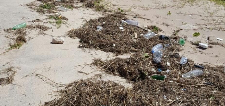 Viva a sujeira! Trecho da praia de Guarajuba tem lixo por toda parte