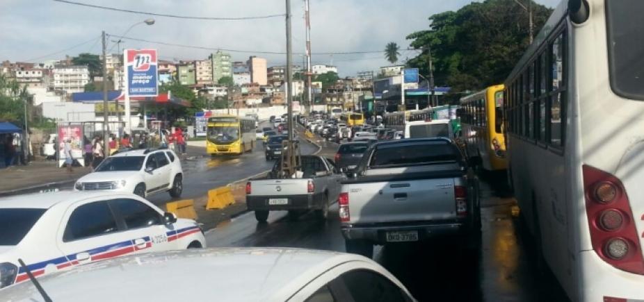 Carro quebrado atrapalha trânsito na Avenida Jequitaia