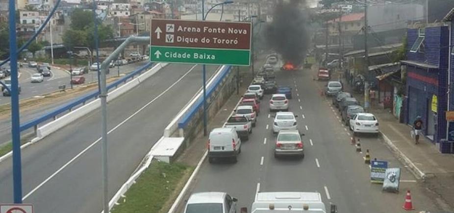 Moradores queimam pneus na Vasco da Gama