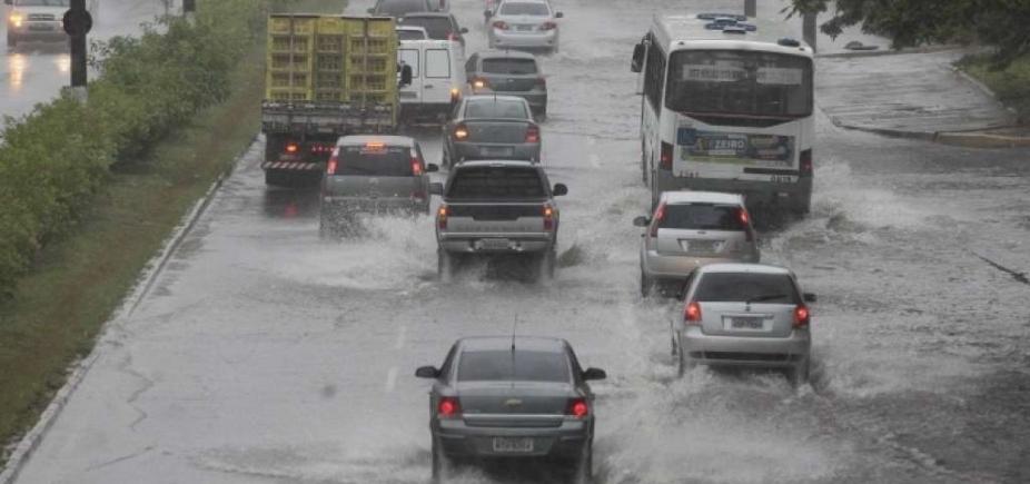 Chuva alaga vias de Salvador nesta quarta