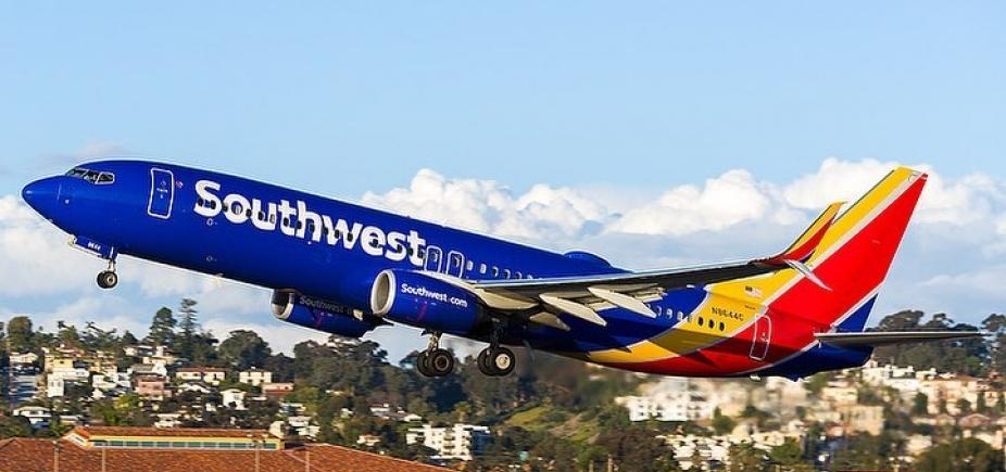 Mulher morre ao ser sugada por janela de avião nos EUA