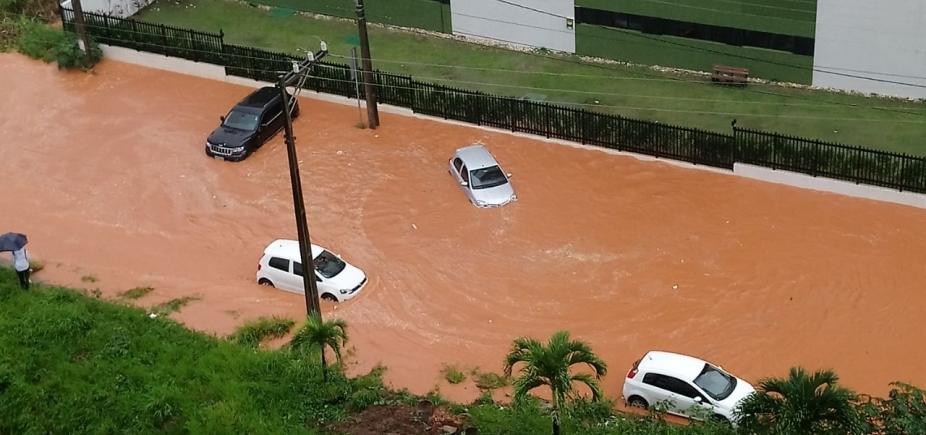 Pense no prejuízo... Carros quase boiam em rua na região da Av. Paralela